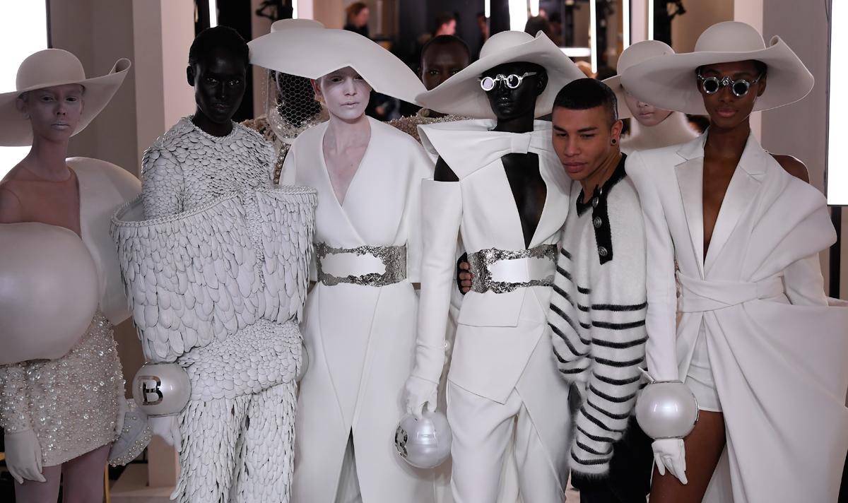 16bfe5e5e18 Olivier Rousteing al finale dello show di Balmain con le sue modelle