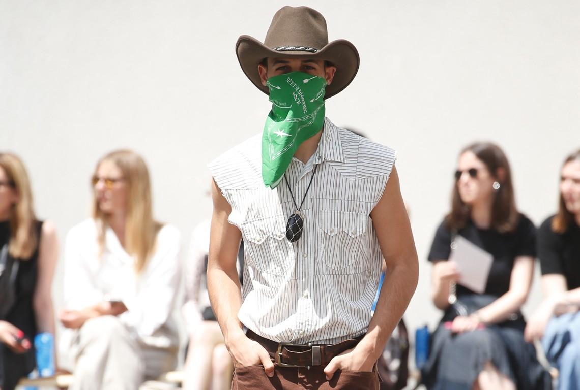 Calendario Sfilate Parigi Settembre 2020.L Uomo Di Parigi Prende Il Via Nel Ricordo Di Karl Lagerfeld